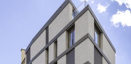 La forme particulière du bâtiment est directement liée à son environnement et ses contraintes